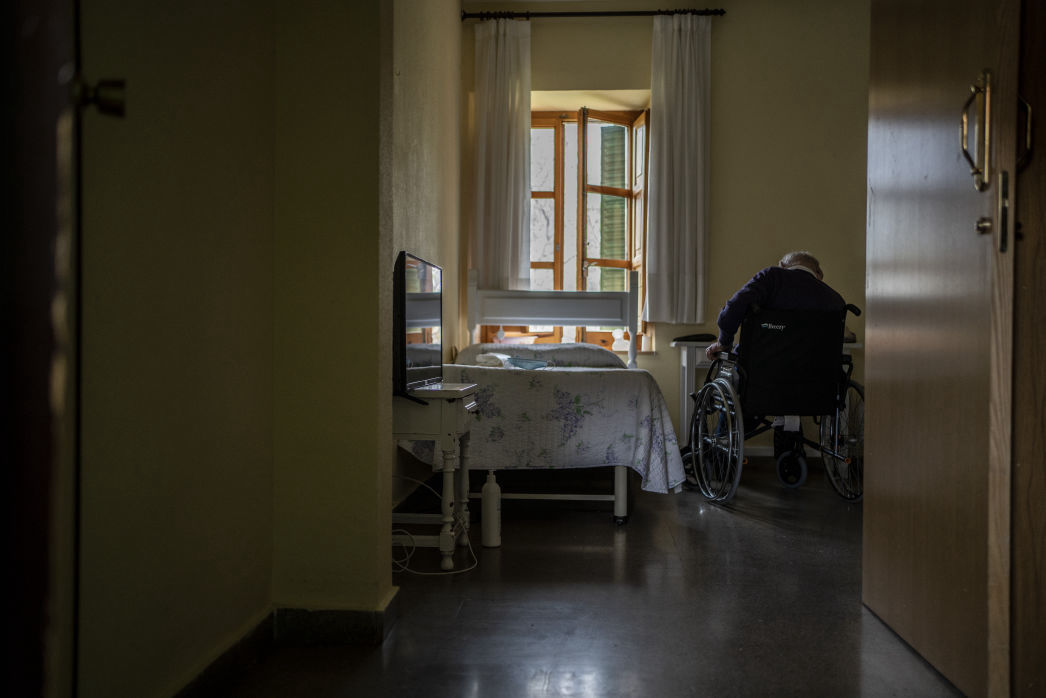 MSF in the elderly care home (Residencia Nuestra Señora de las Mercedes) in El Royo, Soria province. Photo by Olmo Calvo/MSF.